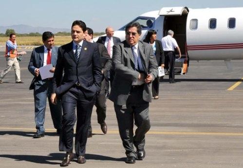 Una de las ültimas fotos a su llegada a SLP, Al fonde la aeronave en que murio
